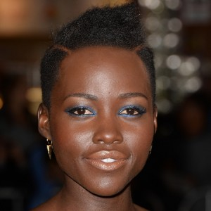 lupita-nyongo-makeup-blue-eye-shadow-and-eye-liner-nude-lipstick-for-black-skin_1